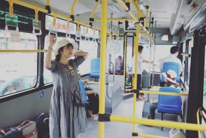Lần đầu đi xe bus từ ga Hà Nội ra sân bay Nội Bài xe bus mới, sạch sẽ thơm tho, ghế xanh xanh :3 vé chỉ 30k thuiiii lại còn free wifi nữa I like ittttt kể ra nhân viên biết thêm tí tiếng Anh để nói với mấy bạn khách nước ngoài nữa thì tuyệt tại bus này khách du lịch nhìu mà
